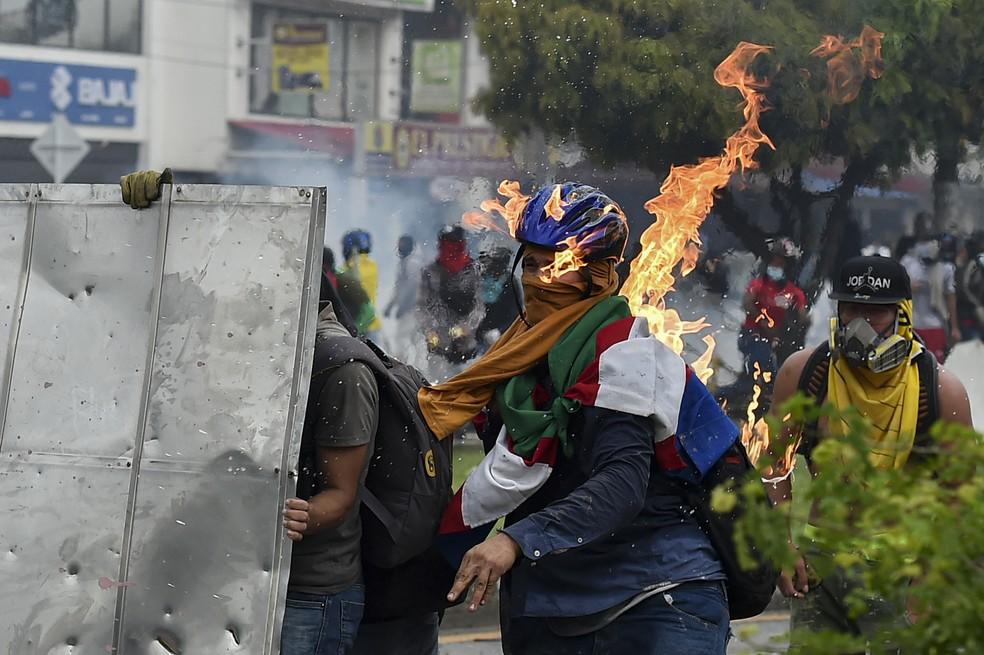 Manifestante em confronto contra a polícia, durante protesto em Cali: 19 pessoas morreram e mais de 800 ficaram feridas nas manifestações na Colômbia — Foto: Luis Robayo/AFP
