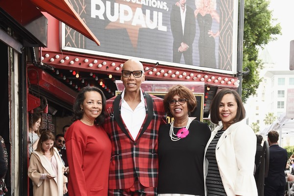 A drag queen RuPaul e suas irmãs Renae Charles, Rozy Charles e Renetta Charles na cerimônia de inauguração da estrela na Calçada da Fama em homenagem ao apresentador (Foto: Getty Images)