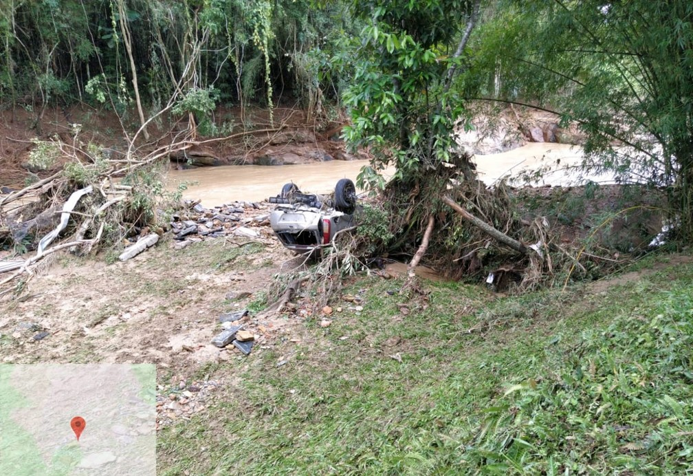 Carro vai parar com as rodas para cima após temporal na localidade de Valada São Paulo, em Rio do Sul — Foto: Corpo de Bombeiros/Divulgação