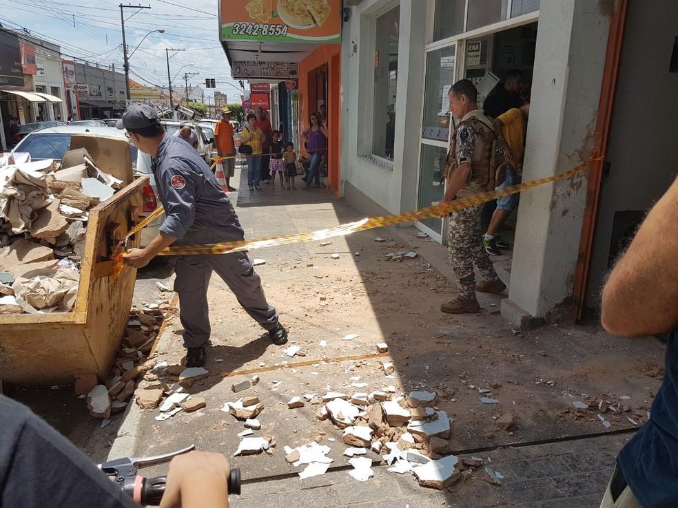 Reboco da marquise de um prédio do centro de Mirassol (SP) caiu e atingiu moradora (Foto: Mirassol Conectada/Divulgação)