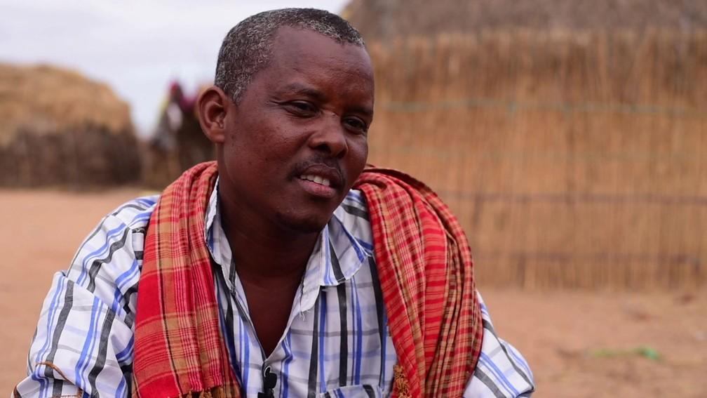 Ibrahim Abdi Godana conta que prometeu a filha a um menino e que ninguém mais pode se casar com ela mesmo que ele morra — Foto: BBC