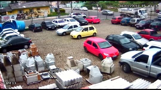 Suspeitos invadem banco em Colombo e fogem com refém em capô de carro; assista ao vídeo