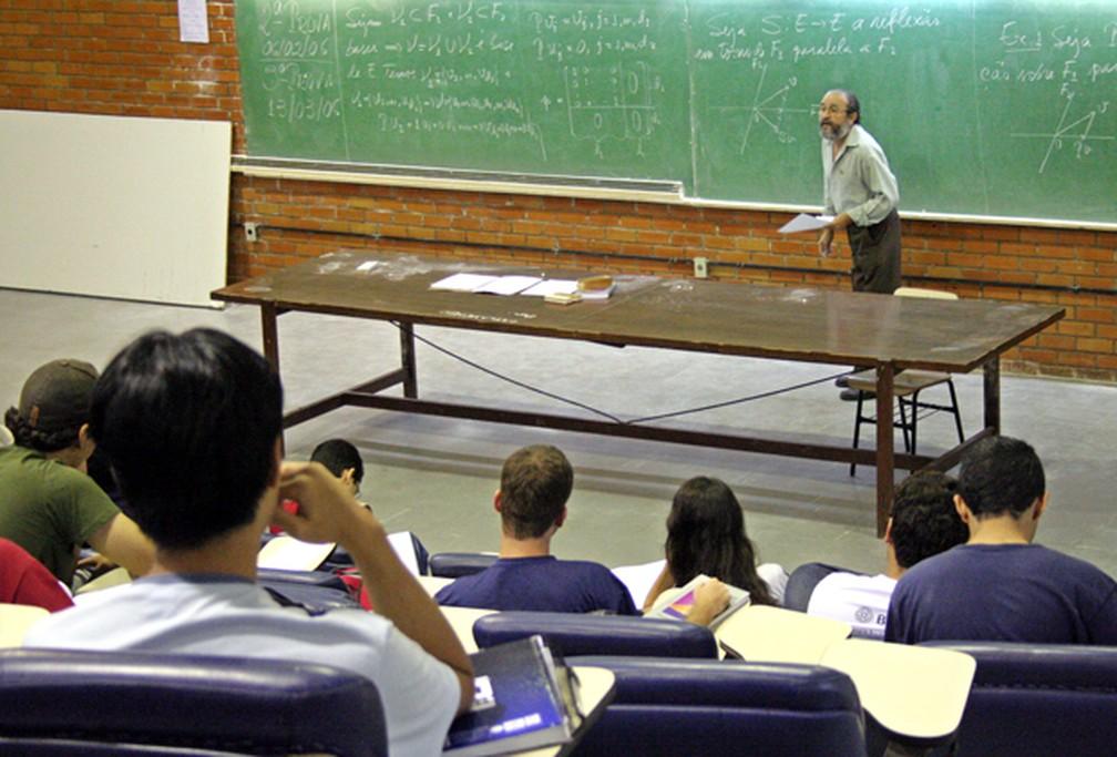 Professor dá aula em sala da Universidade de Brasília — Foto: Secom UnB