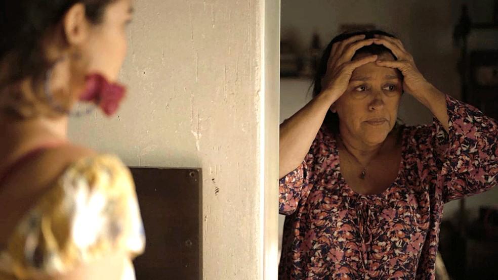 Lurdes (Regina Casé) se desespera ao saber que o filho pode estar correndo risco de vida — Foto: Globo