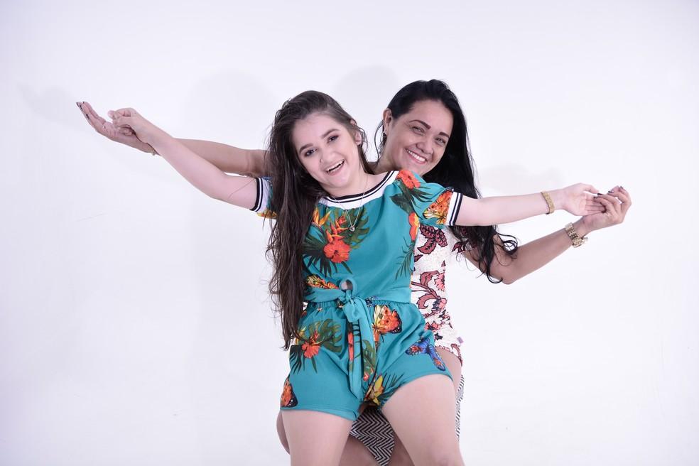 Valdirene e a filha Brenda dos Santos, durante o ensaio fotográfico, que aconteceu em novembro — Foto: Magno Silva/Divulgação