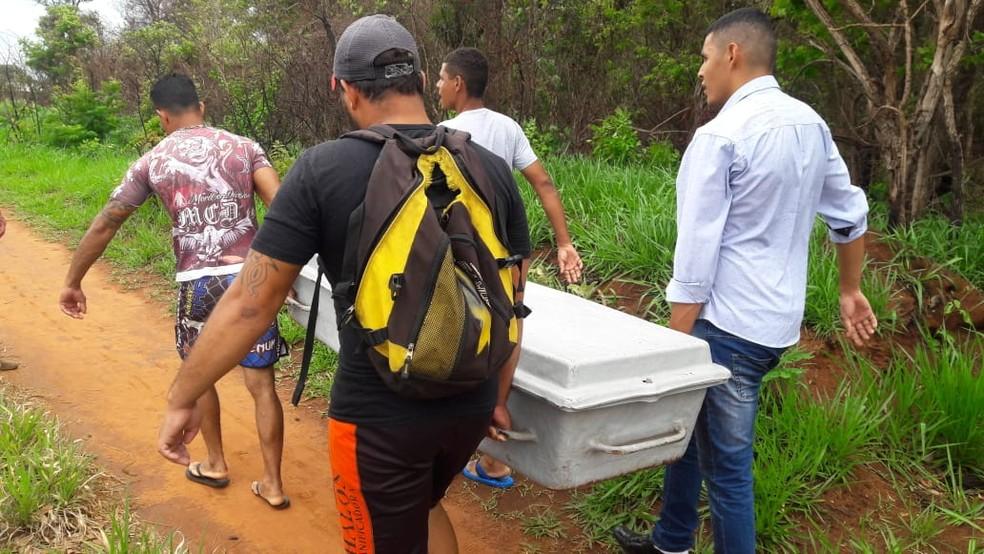Polícia investiga morte de mulher; corpo foi encontrado em matagal neste domingo (30) — Foto: Laura Toledo/TV Morena