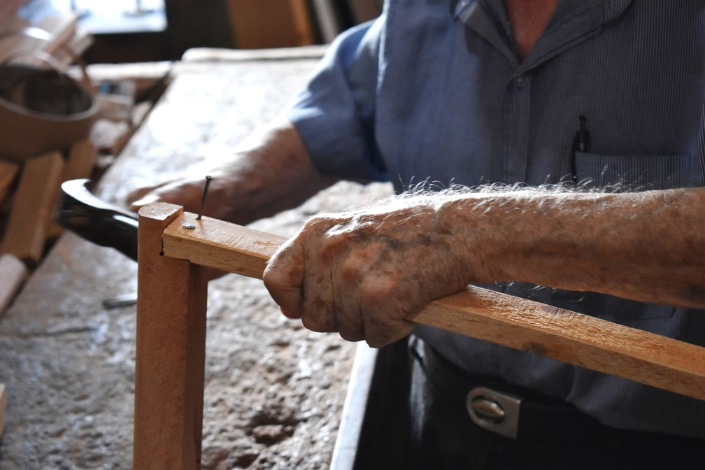 Aposentado de São Carlos demora cerca de 2 a 3 horas para fazer uma muleta — Foto: Claudinei Junior/G1