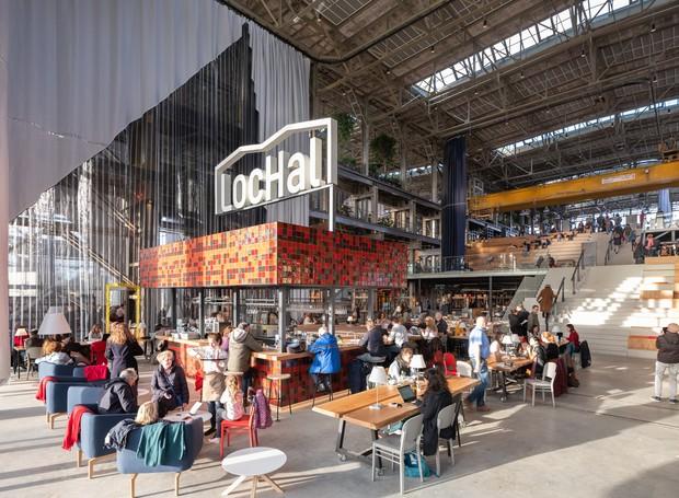 Na entrada, um café recebe os visitantes, que são convidados a mergulhar na atmosfera criativa da biblioteca (Foto: Ossip Architectuurfotografie/ Arch Daily/ Reprodução)