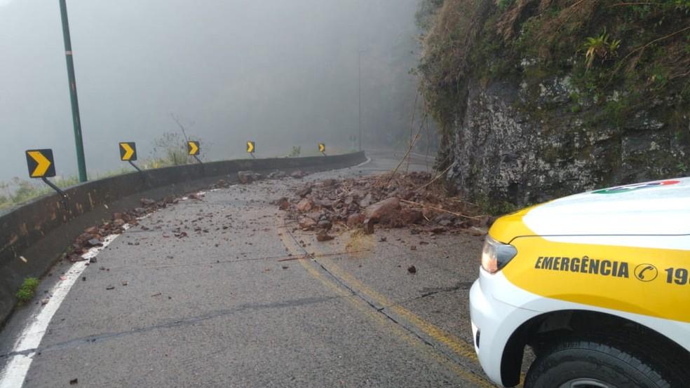 Um dos pontos de queda de barreiras na terça-feira na Serra do Rio do Rastro em SC — Foto: PMRv/Divulgação