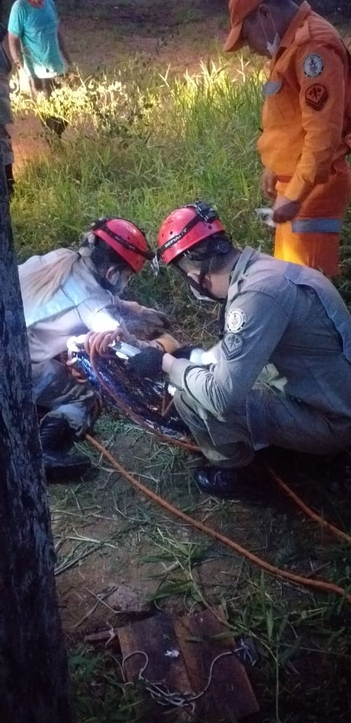Equipe de bombeiros faz resgate de gato que caiu em poço, em Macapá