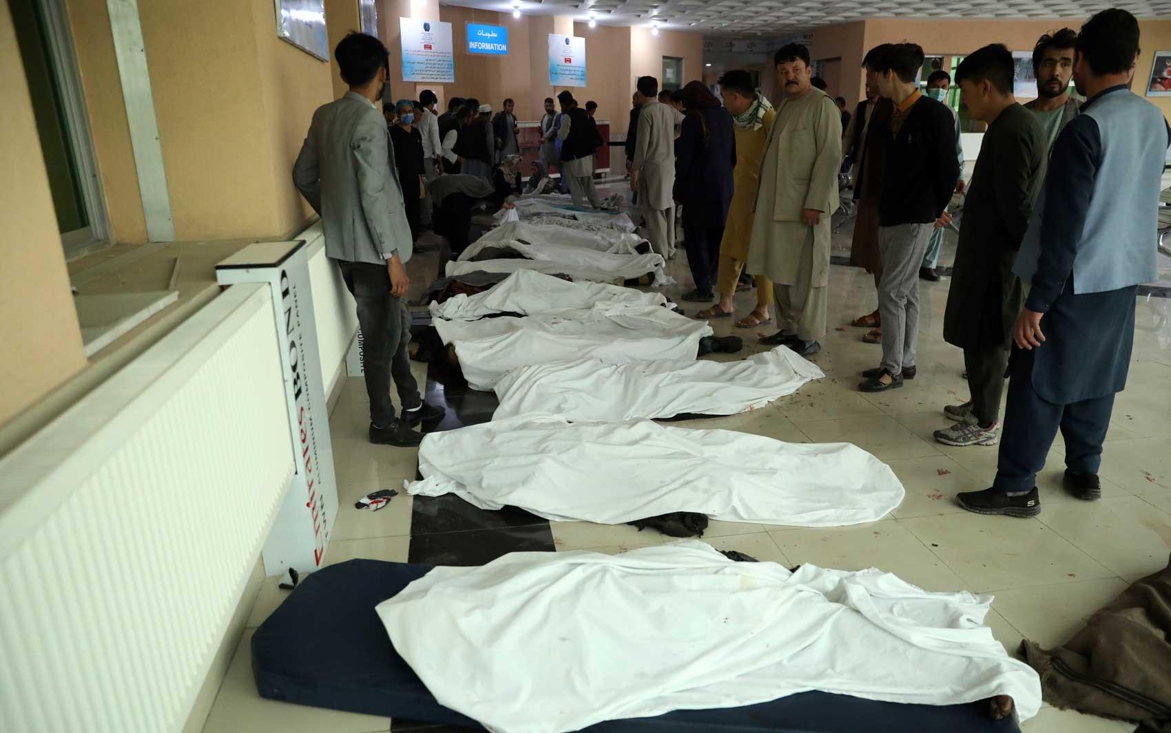 Vai a 50 o número de mortos em ataque perto de escola no Afeganistão