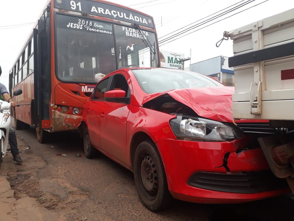 Carro ficou preso entre ônibus e caminhão — Foto: Divulgação/Geovanni Pereira