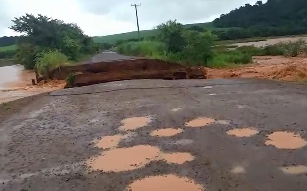 Ponte do sobrado, que passa por cima do Rio Araqua, foi levada pela água da chuva em São Manuel — Foto: Arquivo pessoal