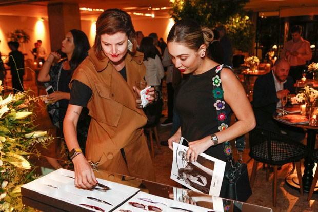 Nossa editora de moda Larissa Lucchese dá uma consultoria sobre tendências de eyewear (Foto: Ricardo Cardoso)