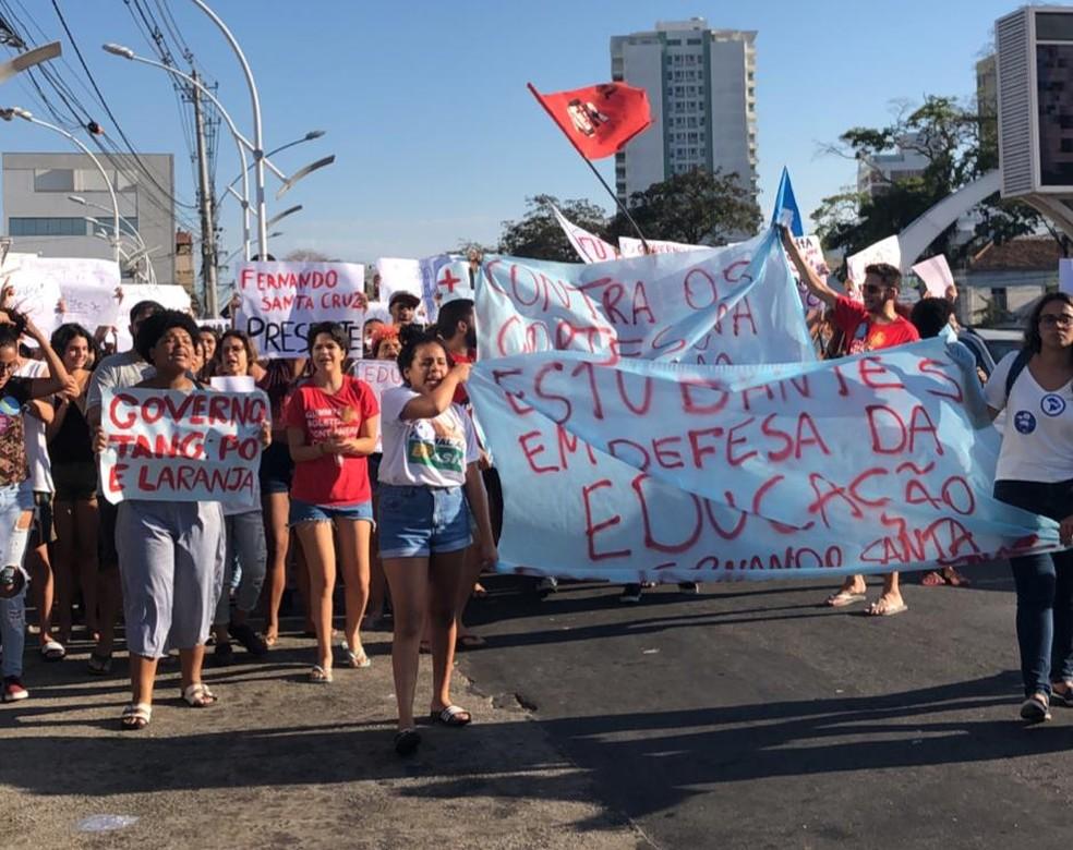 Alunos da UFF, em Campos, seguem pela Avenida  Avenida José Alves de Azevedo, na altura do rodoviária de Campos, às 15h35 — Foto: Maria Fernanda Viana/Arquivo Pessoal