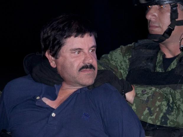 """Joaquin """"El Chapo"""" Guzman é levado por militares até helicóptero em hangar federal na Cidade do México na noite desta sexta-feira (Foto:  Marco Ugarter/AP)"""