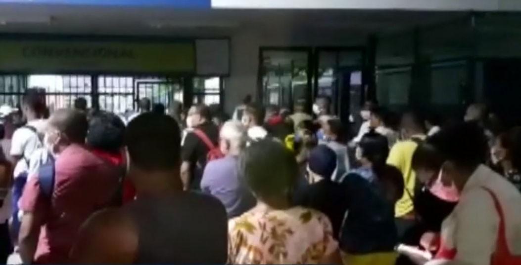 Passageiros do ferry-boat se aglomeram e tumulto é registrado no terminal de Bom Despacho