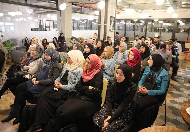 Mulheres beduínas, ainda mais excluídas que os homens dessa população, são incentivadas a participar dos eventos da Siraj para conhecer novas oportunidades profissionais (Foto: Facebook/Siraj)