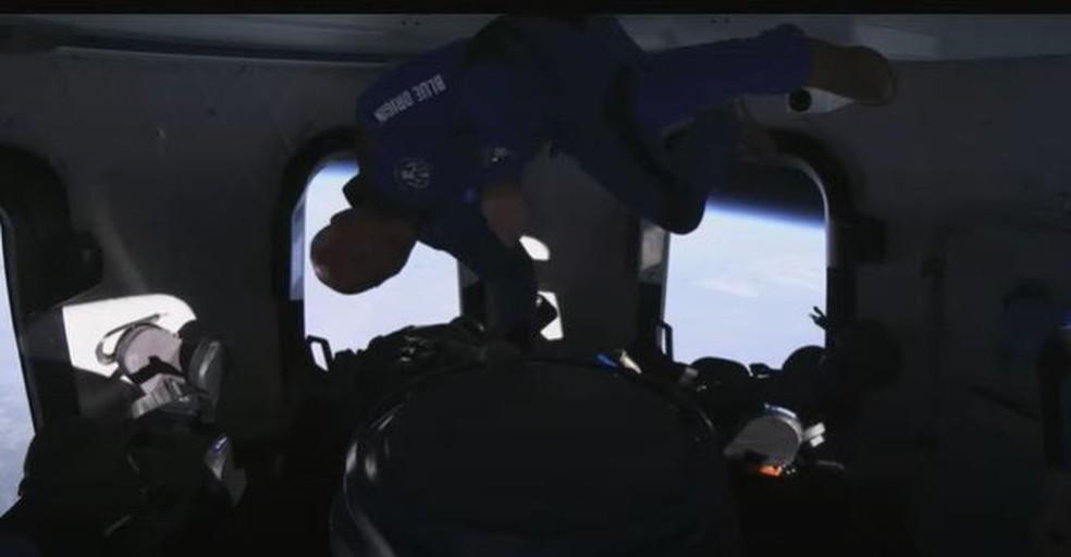 Bezos também teve sua vez de flutuar dentro da New Shepard no voo espacial — Foto: Reprodução
