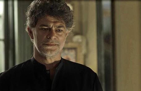 Na segunda-feira (18), Murilo (Eduardo Moscovis) contará tudo sobre a Irmandade para Sóstenes (Marcos Caruso) e Luz (Marina Ruy Barbosa), e afirmará que Gabriel (Bruno Gagliasso), como guardião-mór, precisa viver em isolamento. TV Globo