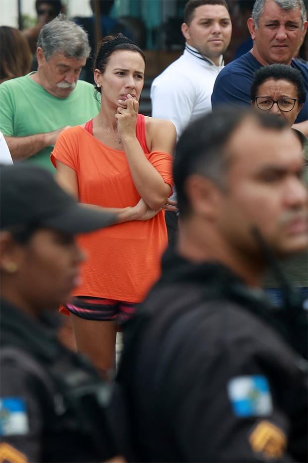 Juliana Knust para pra assistir o salvamento do acidente na praia da Barra da Tijuca (Foto: AgNews)