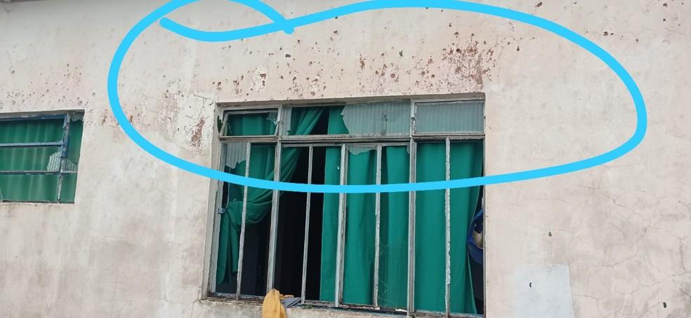 Vidros de janelas foram quebrados após serem atingidos por granizo, em Naviraí (MS).  Foto: Umberto Zum/Foto