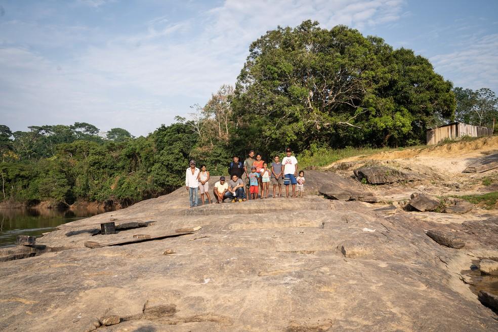 Povo Karipuna ao lado do rio Jaci Paraná, em Rondônia — Foto: Fábio Tito/G1