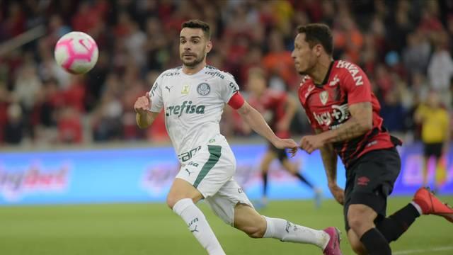 Bruno Henrique disputa bola em Athletico x Palmeiras