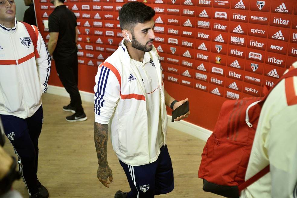 Liziero teve problema muscular na coxa esquerda e ficou fora da primeira final pelo São Paulo — Foto: Marcos Ribolli