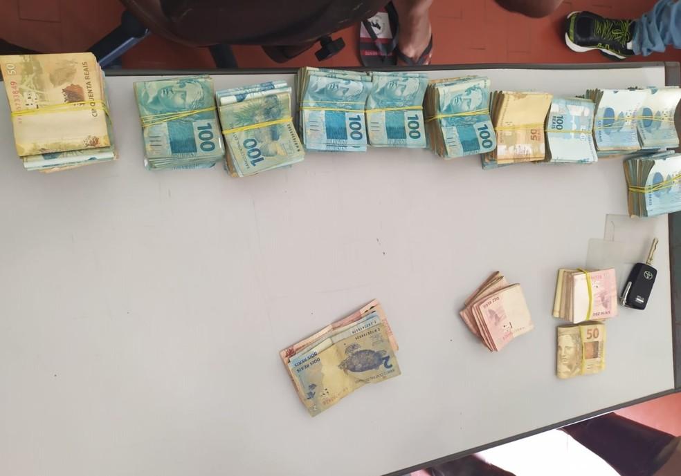 Dinheiro apreendido com dupla em carro — Foto: SSP-BA/ Divulgação