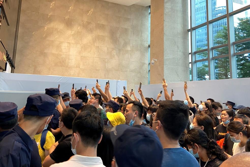 Protestantes exigem o reembolso de empréstimos e produtos financeiros na sede da Evergrande, em Shenzhen — Foto: REUTERS/David Kirton