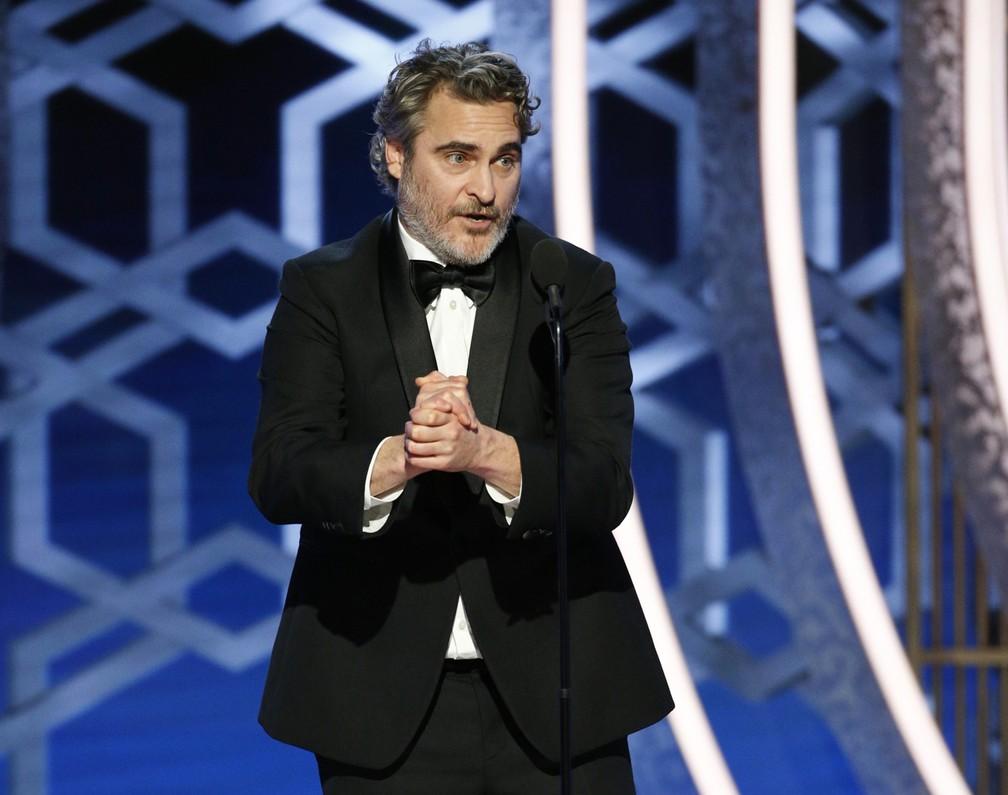 """Joaquin Phoenix vence o Globo de Ouro de melhor ator em drama por """"Coringa"""" — Foto: Paul Drinkwater/NBC via AP"""