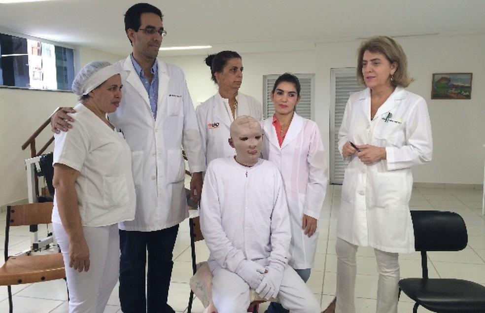 Márcio Ronny nos primeiros meses de tratamento no Hospital de Queimaduras de Goiânia, com equipe médica (Foto: Vitor Santana/G1 Goiás)