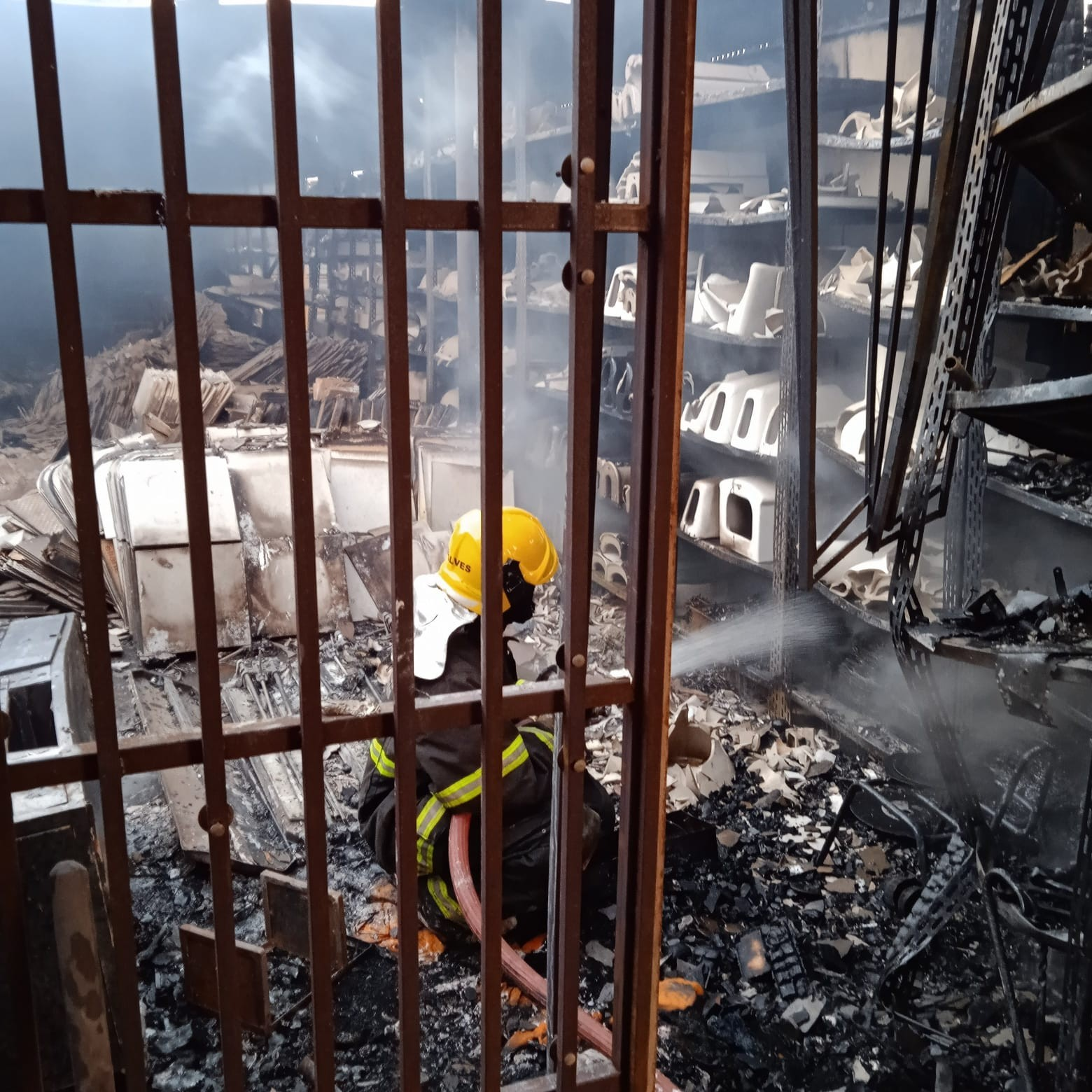 VÍDEO: incêndio destrói depósito de construtora em Uberaba