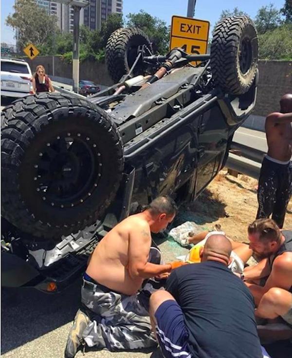 A estrela de reality show e apresentadora de TV Melyssa Ford sendo socorrida logo em seguida ao acidente de carro em que esteve envolvida (Foto: Instagram)