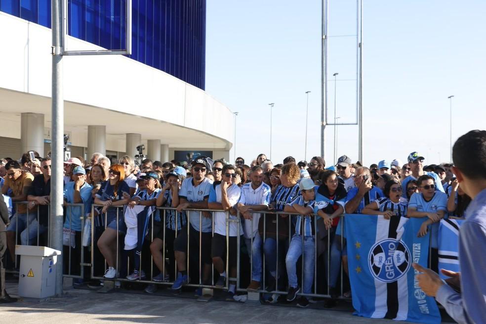 Torcida lotou esplanada da Arena desde o meio da tarde desta segunda — Foto: Eduardo Moura