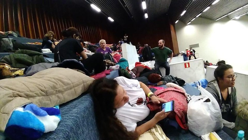 Servidores estaduais dormiram de terça (9) para quarta-feira (10) na Alep — Foto: APP Sindicato/Divulgação