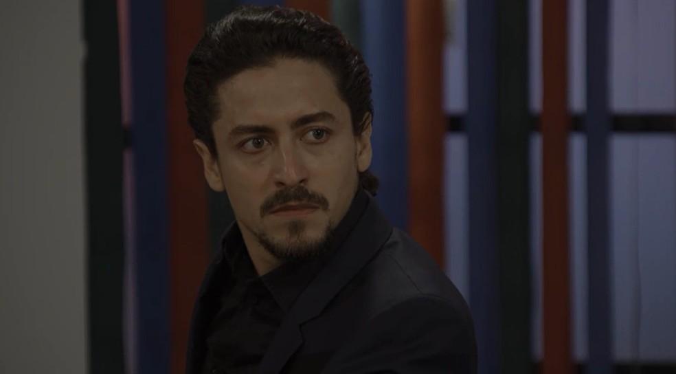 Rojê (Jesuíta Barbosa) se decepciona com Quinzinho (Caio Paduan) mais uma vez, em 'Verão 90' — Foto: TV GLOBO