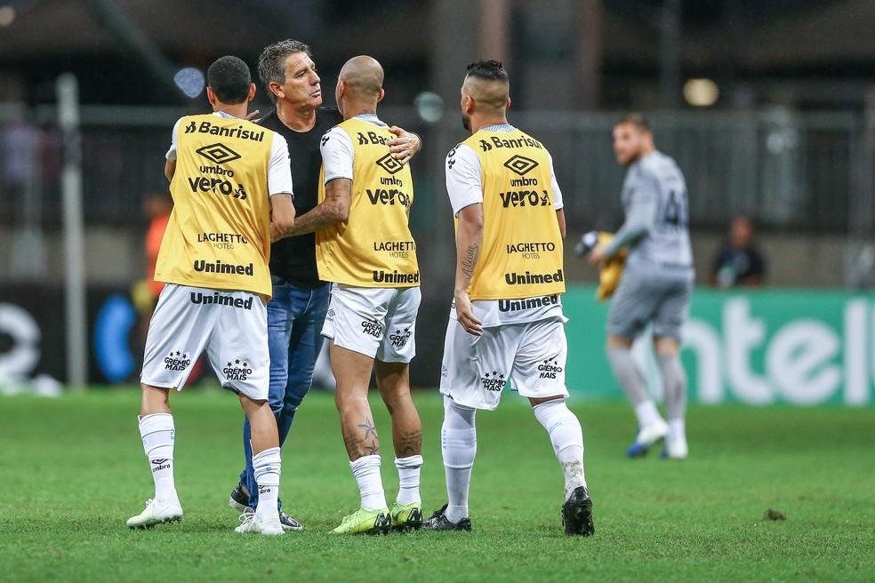 Renato abraça Diego Tardelli após classificação — Foto: Lucas Uebel/Grêmio