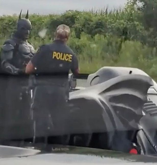 """Vídeo amador mostra o momento que o """"Batman"""" é autuado (Foto: Reprodução/YouTube)"""