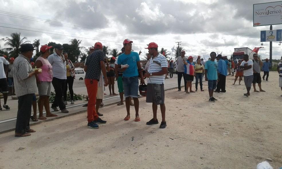 Integrantes de movimentos fecham BR-101 em Alagoas, entre Junqueiro e Teotônio Vilela (Foto: Coordenaçãço do Movimento Via do Trabalho)