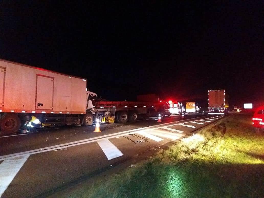 Acidente entre caminhões em Araras deixa motorista ferido na Rodovia Anhanguera - Notícias - Plantão Diário