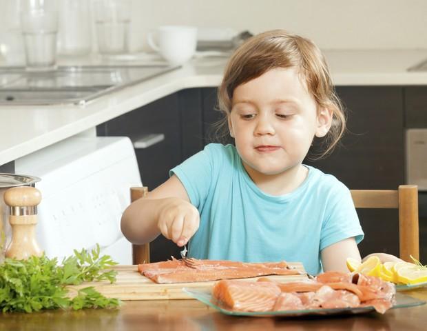 Comer peixe pelo menos uma vez por semana faz crianças dormirem melhor, diz  estudo - Revista Crescer | Alimentação