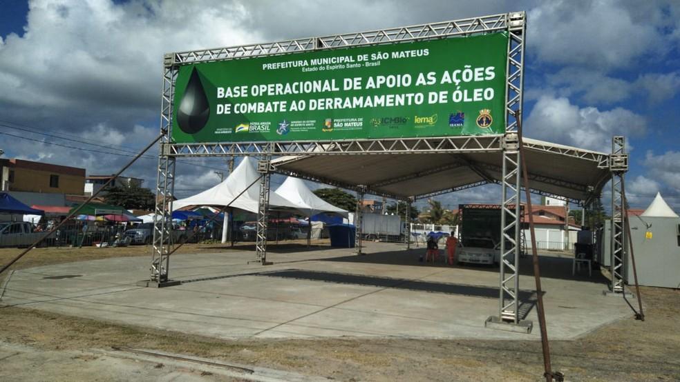 Base montada para combate ao derramamento de óleo em São Mateus — Foto: Eduardo Dias/ TV Gazeta