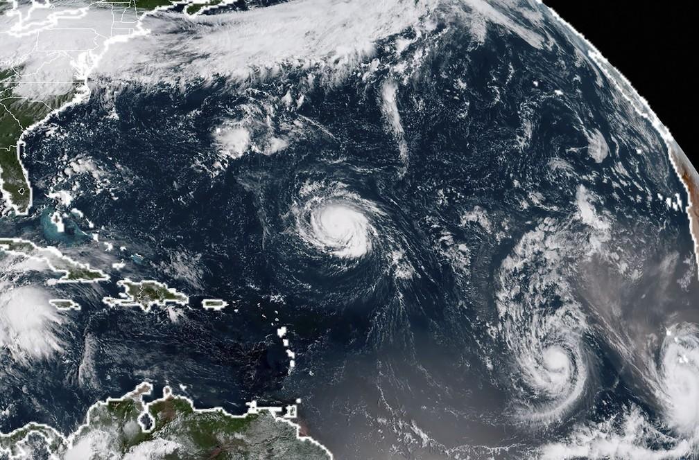 Imagem divulgada pela NASA no domingo (9) mostra tempestade tropical Florence (acima) e Helene no Oceano Atlântico. (Foto: HO / NOAA/RAMMB / AFP)