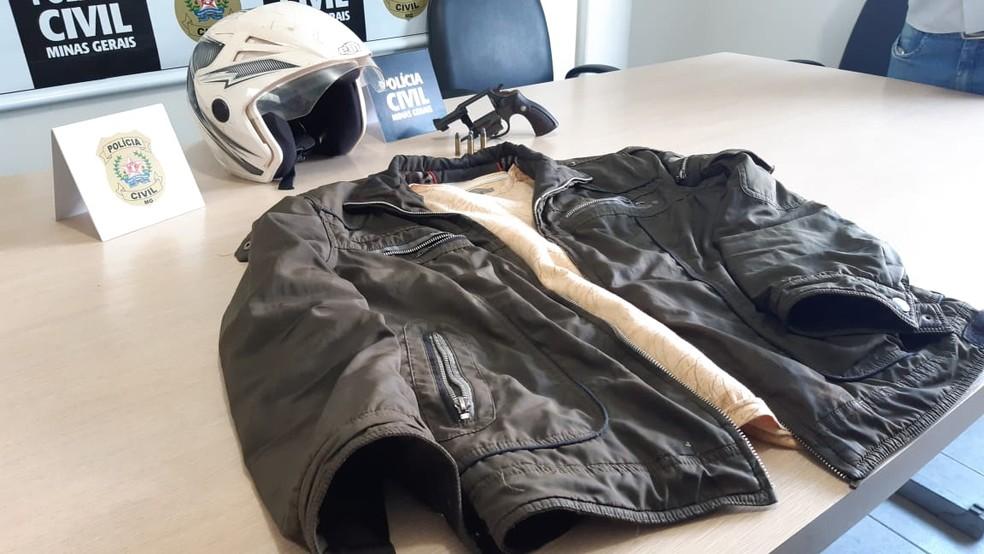 Polícia apreendeu a roupa que o suspeito usava no dia do crime — Foto: Hérisder Matias/ Inter TV