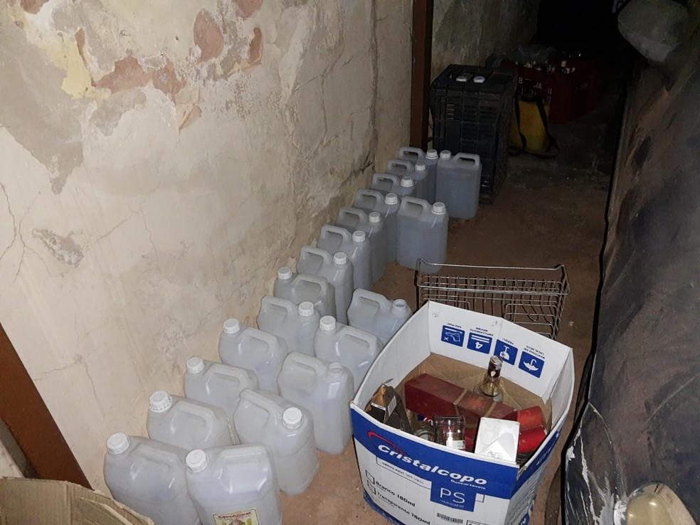 Na garagem, havia diversos galões com líquido não identificado — Foto: Polícia Militar/Divulgação