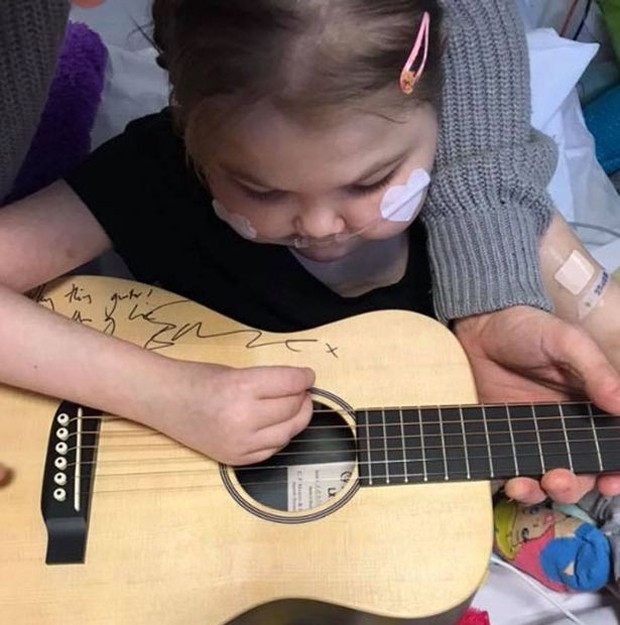 Melody com o violão autografado  (Foto: Melody In Mind)