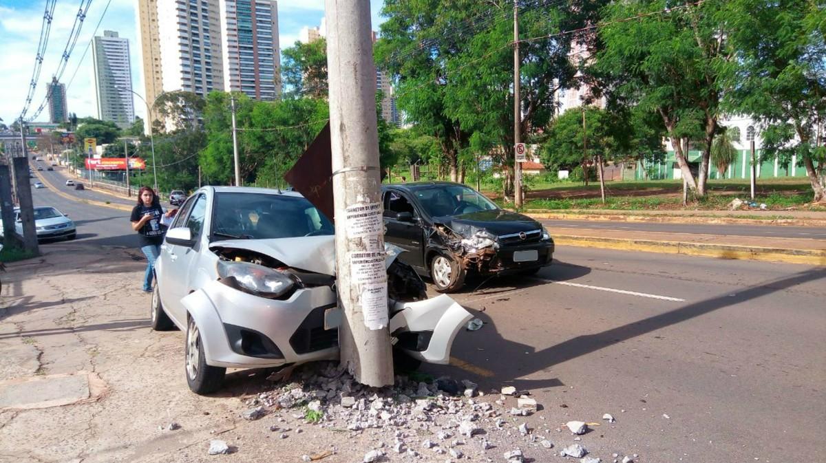 Motorista fica ferido, após ter carro jogado contra poste em Campo Grande