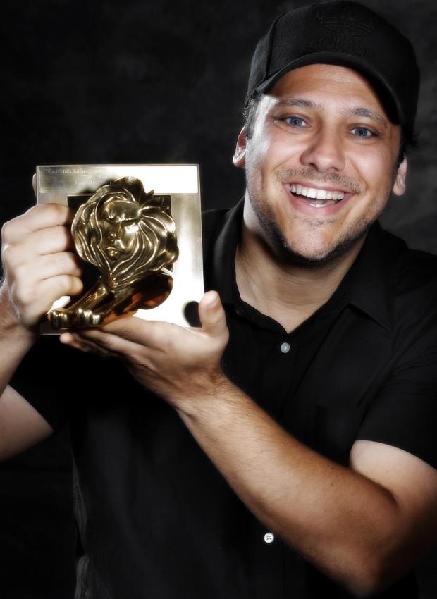 Bruno Miguel com prêmio internacional por trabalho publicitário (Foto: Al Hamdan)